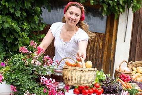marchande présentant des fruits et légumes